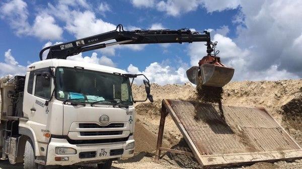 三兄工程(香港)有限公司 6153 3299 租賃 24噸 或 30噸 夾斗車 及 泥頭車租賃方式。