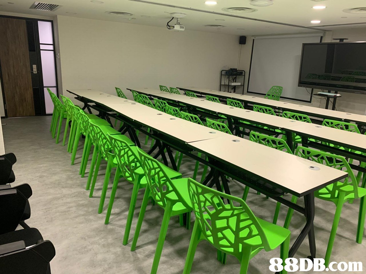 i1  classroom,table,conference hall,auditorium,furniture